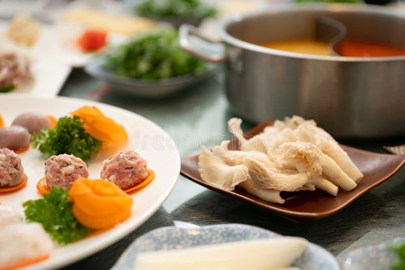 Nahaufnahme geschossen von den Fleischklöschen auf einer runden weißen Platte nahe einer Beilage mit unscharfem Hintergrund lizenzfreie stockfotos