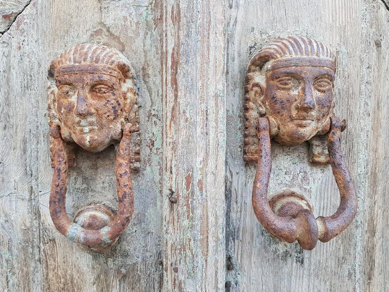 Nahaufnahme geschossen von den schönen verwitterten Klopfern, die alte Bauholztür verzieren lizenzfreie stockbilder