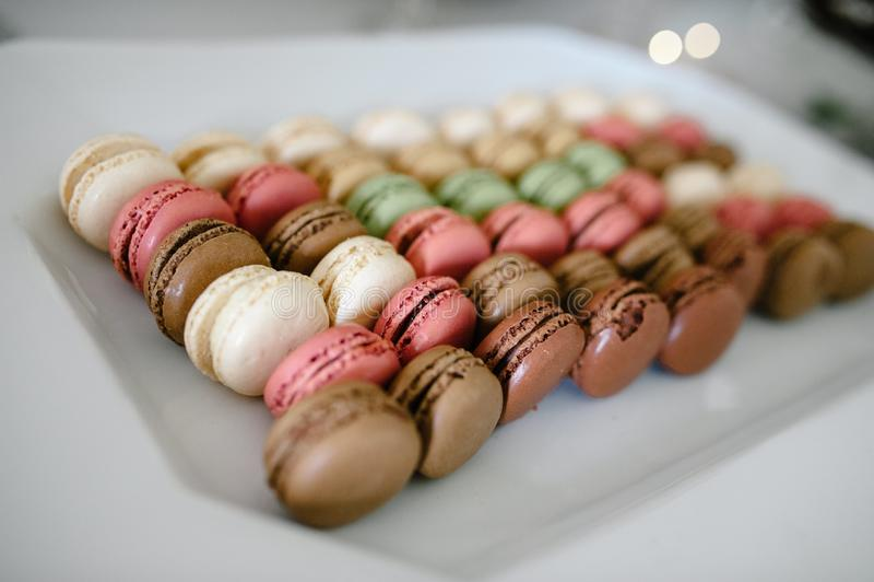 Nahaufnahme geschossen von den verschiedenen Aromen von macarons oder von französischen Makronen lizenzfreie stockfotografie