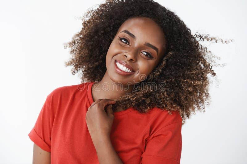 Nahaufnahme geschossen von der angezogenen und aktiven positiven schönen Afroamerikanerfrau, die glücklich beginnen Tag mit auf stockfotos