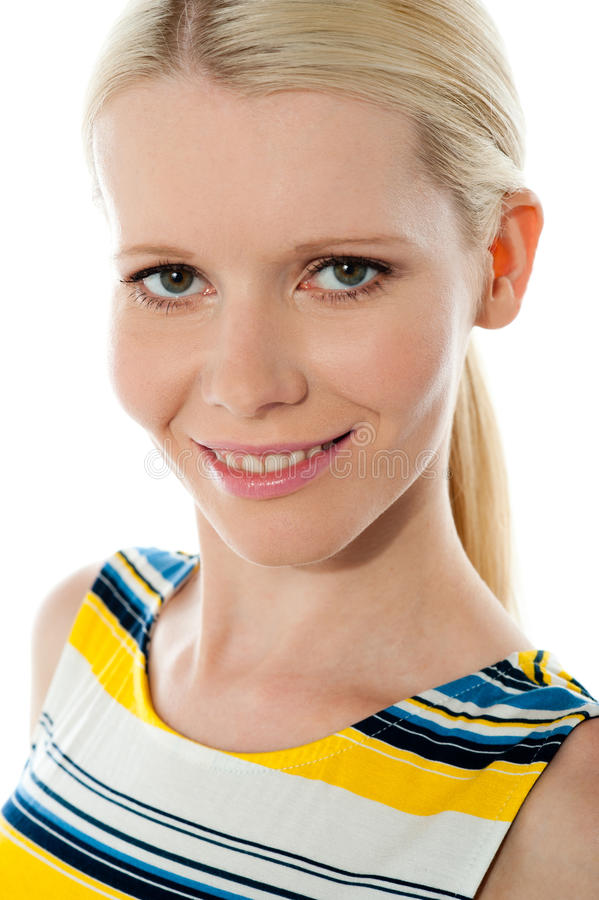 Nahaufnahme geschossenes junges hübsches lächelndes Mädchen lizenzfreie stockbilder