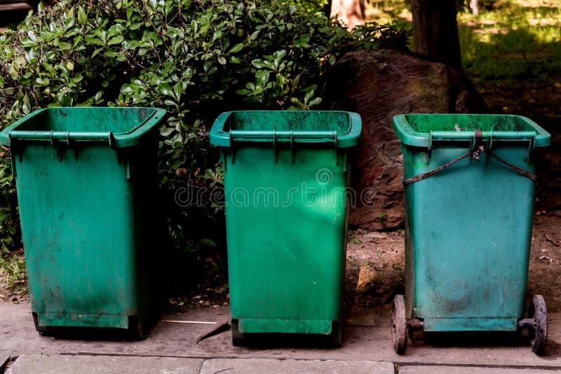 Nahaufnahme grünen Mülleimers drei stockbilder