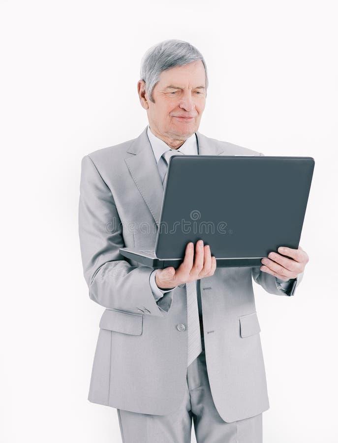 nahaufnahme H?bscher ?lterer Gesch?ftsmann, der an Laptop arbeitet Lokalisiert auf Wei? stockfotos