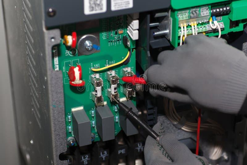 Nahaufnahme Handder elektrischen Sicherungsprüfung stockfotografie