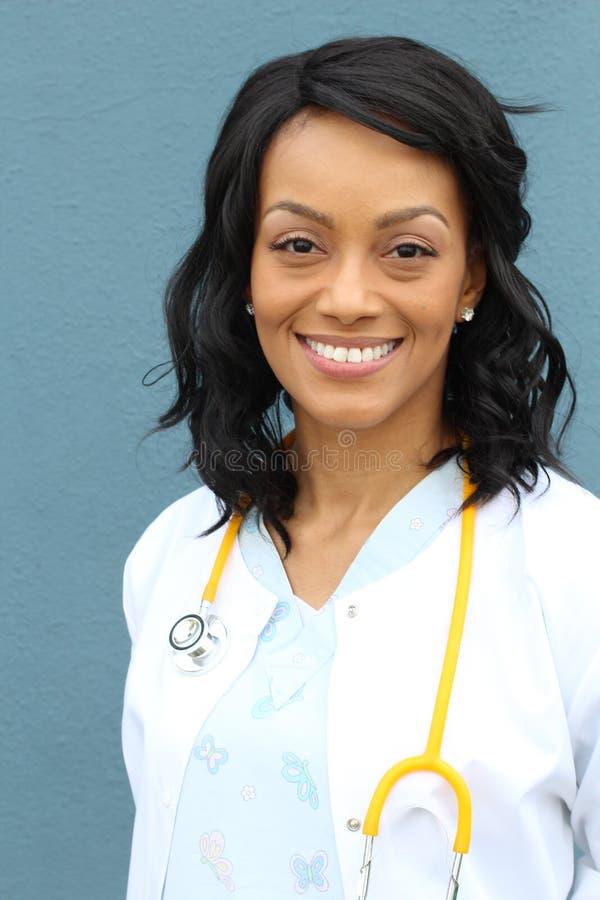 Nahaufnahme Headshotporträt des freundlichen, lächelnden überzeugten weiblichen Afroamerikanerheilberuflers mit Laborkittel lizenzfreie stockbilder