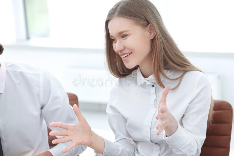nahaufnahme junge Geschäftsfrau, die mit Kollegen spricht Das Konzept der Teamwork lizenzfreie stockfotos