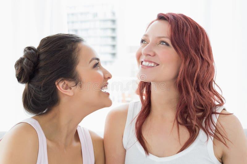 Nahaufnahme Lächelns mit zwei des schönen jungen Freundinnen lizenzfreie stockfotografie