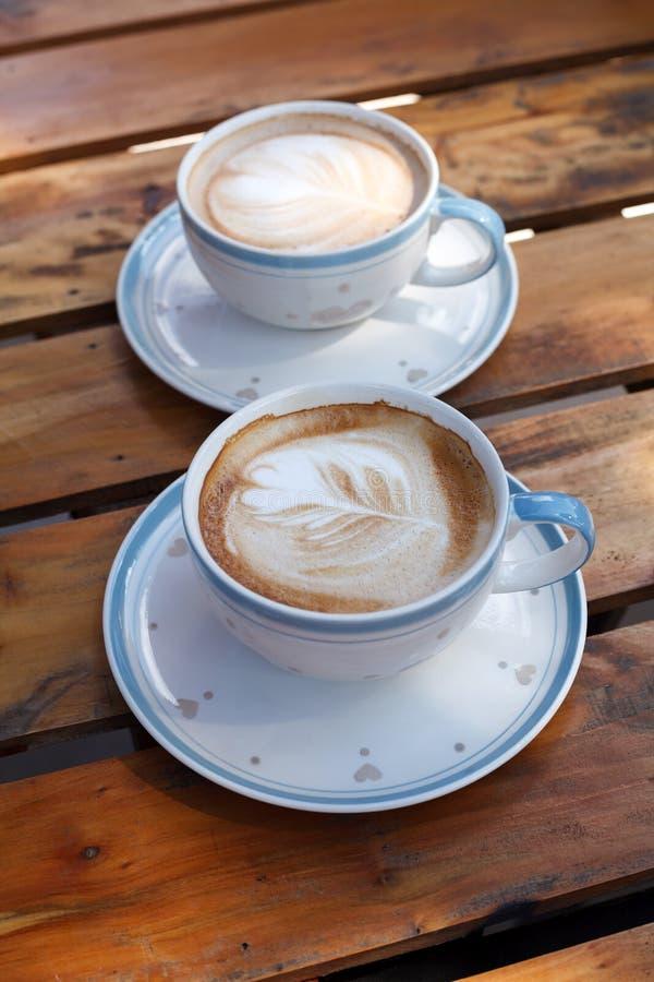 Nahaufnahme Latte-Kunstkaffee auf hölzerner Tabelle (selektiver Fokus) lizenzfreie stockfotos