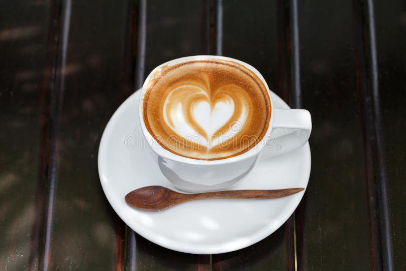 Nahaufnahme Latte-Kunstkaffee auf hölzerner Tabelle (selektiver Fokus) lizenzfreies stockfoto