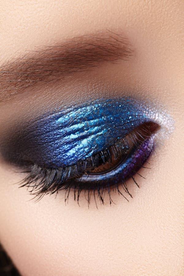 Nahaufnahme-Makro des Frauen-Mode-Makes-up der Augen Funkeln-Blau feiert Make-up, perfekte Farbe von Lidschatten Lange Peitschen stockfotografie