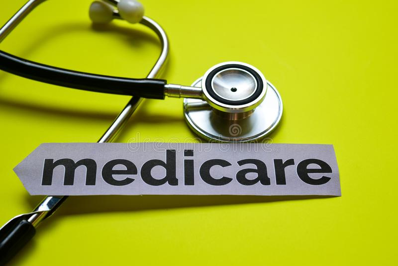 Nahaufnahme Medicare mit Stethoskopkonzeptinspiration auf gelbem Hintergrund stockbilder