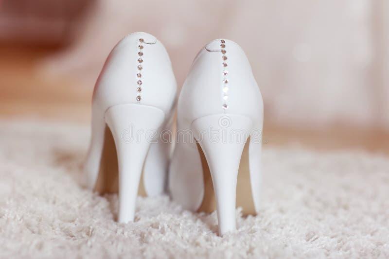 Nahaufnahme mit den Schuhen der Braut auf Teppich lizenzfreie stockfotos