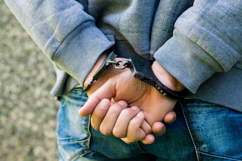 Nahaufnahme mit Handschellen gefesselte Hände eines Geschäftsmannes Konzept des Verbrechens und lizenzfreie stockbilder