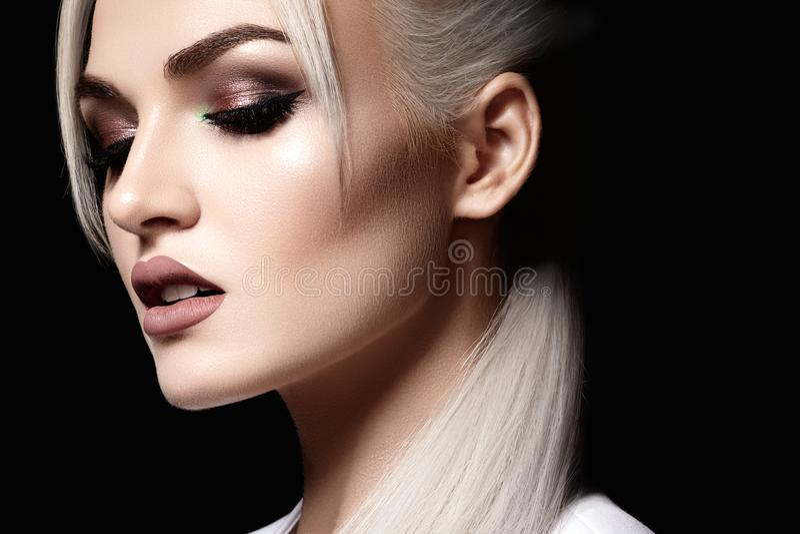 Nahaufnahme mit schöner blonder Frau Modemake-up, saubere glänzende Haut Make-up und Kosmetik Schönheitsart auf vorbildlichem Ges stockfotos