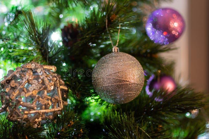 Nahaufnahme mit Silber- und purpple Weihnachtsbällen auf Baum stockfoto