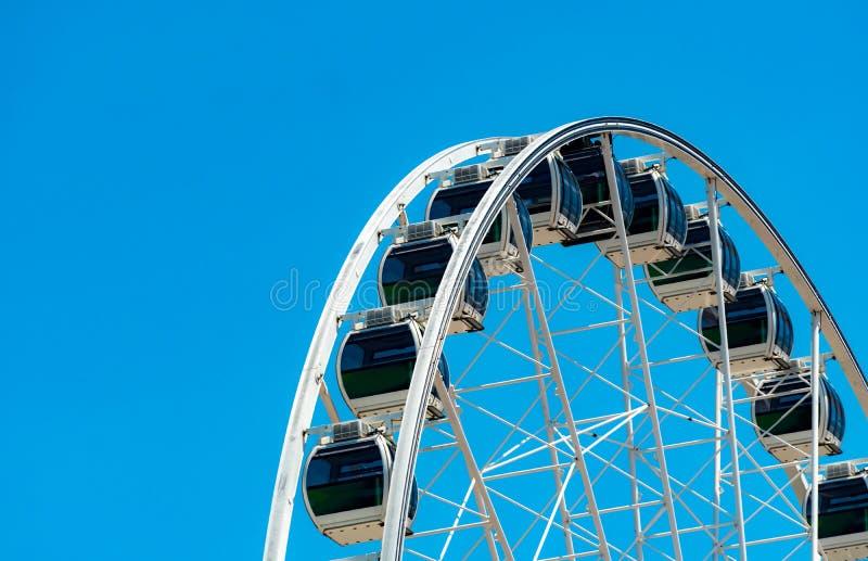 Nahaufnahme-modernes Riesenrad gegen blauen Himmel und wei?e Wolken Riesenrad am Funfair f?r Unterhaltung und Erholung am Feierta lizenzfreies stockfoto