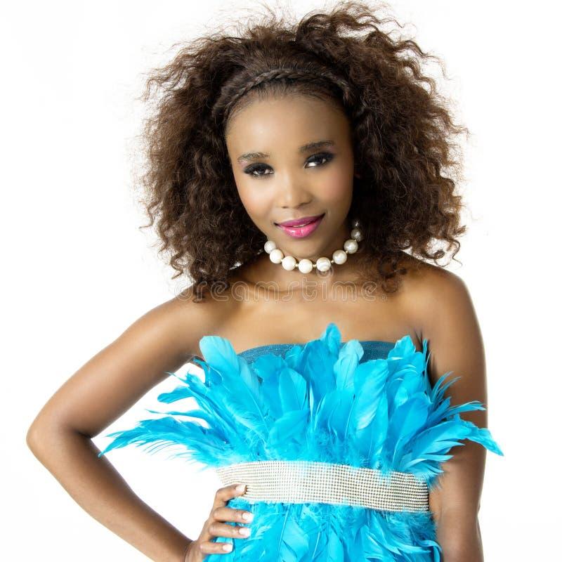 Nahaufnahme-Porträt afrikanischen weiblichen vorbildlichen Wearing Turquoise Feathered-Kleides lizenzfreie stockbilder