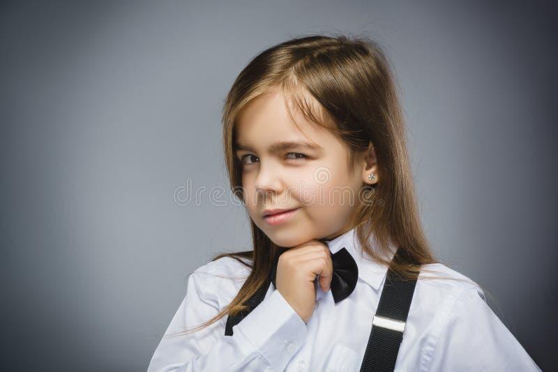 Nahaufnahme-Porträt des Misstrauenmädchens lokalisiert auf grauem Hintergrund stockfotografie