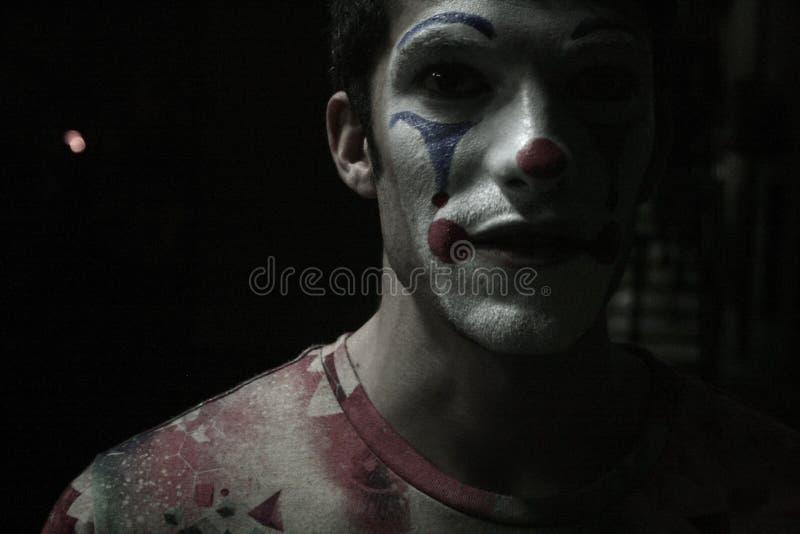 Nahaufnahme-Porträt eines Clowns in den Schatten stockfoto