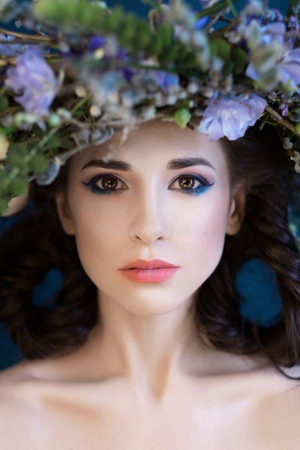 Nahaufnahme-Porträt eines schönen Frühlingsmädchens mit Kranz auf Kopf stockbild