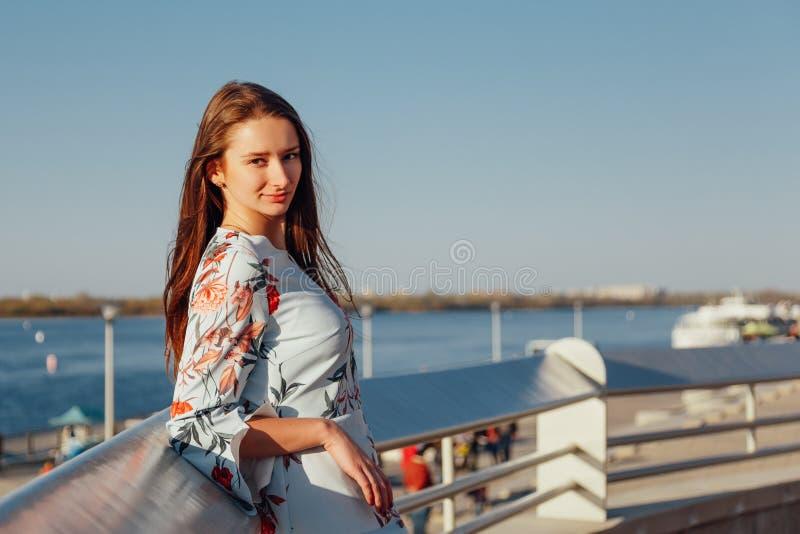 Nahaufnahme-Portr?t einer jungen Frau mit dem langen blonden Haar, gekleidet in einem blauen eleganten Kleid stockbilder