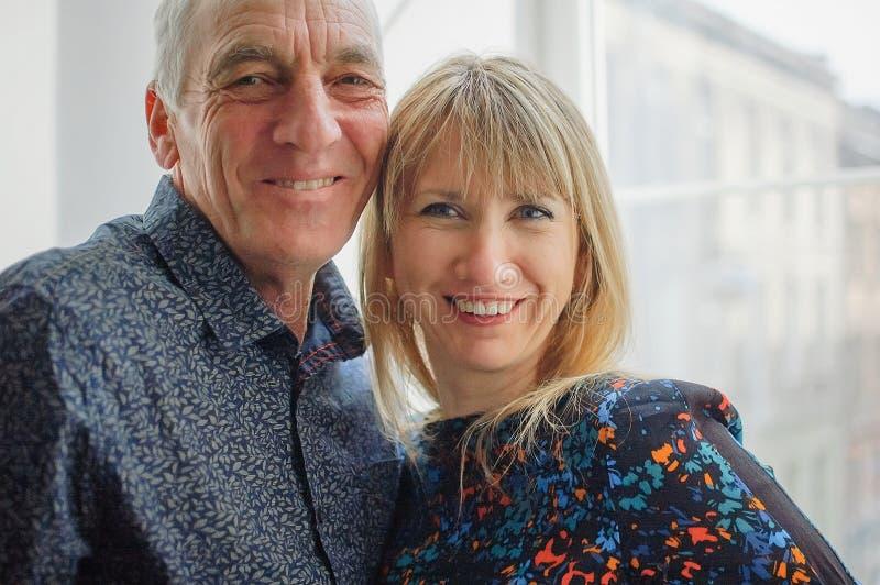 Nahaufnahme-Portr?t von l?chelnden Paaren mit Alters-Unterschied Schöne junge Frau mit ihrem älteren Liebhaber stockfoto
