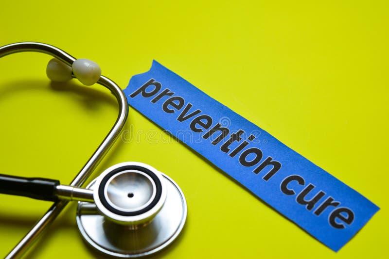Nahaufnahme prevetion Heilung mit Stethoskopkonzeptinspiration auf gelbem Hintergrund stockfotografie