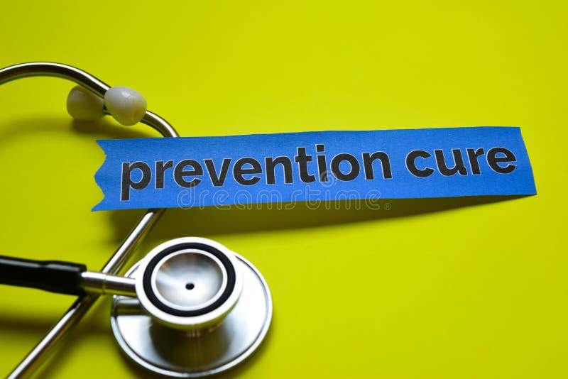 Nahaufnahme prevetion Heilung mit Stethoskopkonzeptinspiration auf gelbem Hintergrund lizenzfreies stockfoto
