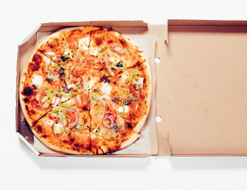 Nahaufnahme ringsum gebackene Pizza in der offenen Pappschachtel lizenzfreie stockfotografie