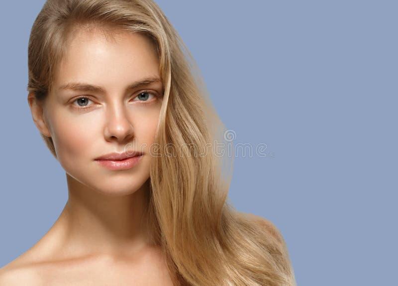 Nahaufnahme-Schönheitsporträt der Frau kosmetisches Über blauem Farbhintergrund stockbild