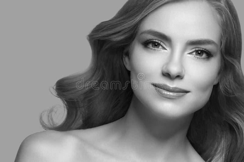 Nahaufnahme-Schönheitsporträt der Frau kosmetisches Über blauem Farbhintergrund stockfotografie