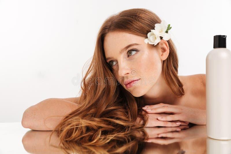 Nahaufnahme-Schönheitsporträt der lächelnden Frau mit Blume im Haar stockfotos