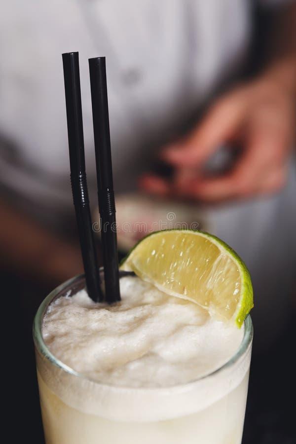 Nahaufnahme schaumigen Kokosnuss pina colada Cocktails, Parteizeit lizenzfreie stockfotografie