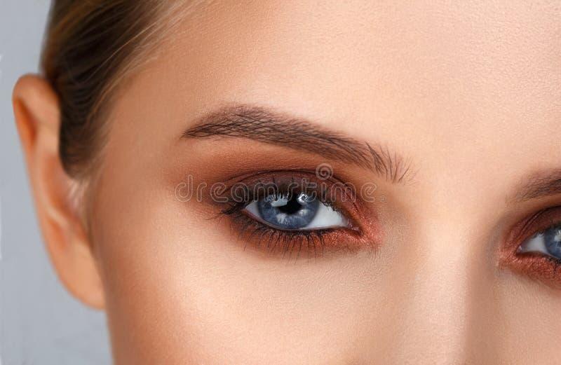 Nahaufnahme schoss vom weiblichen Augenmake-up in der rauchigen Augenart lizenzfreie stockbilder