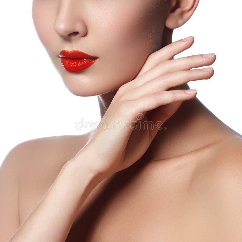 Nahaufnahme schoss von den Frauenlippen mit glattem rotem Lippenstift lizenzfreies stockfoto