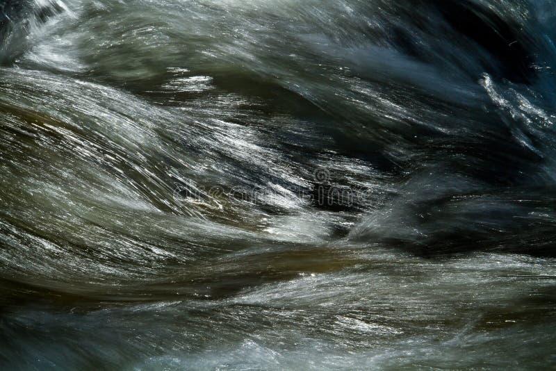 Nahaufnahme schoss von der Wasserbewegung von einem Fluss stockbild