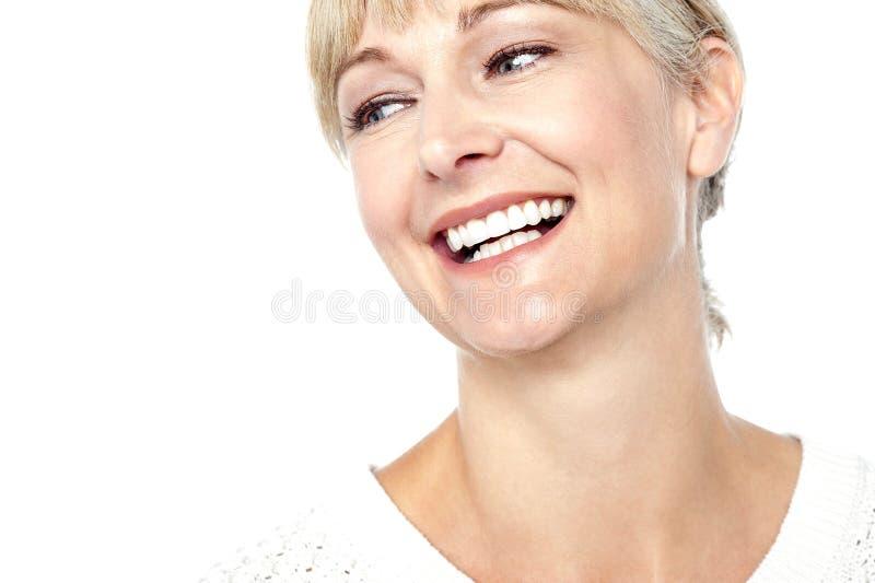 Nahaufnahme schoss von einer schönen Frau, die herzlich lächelt stockfotografie