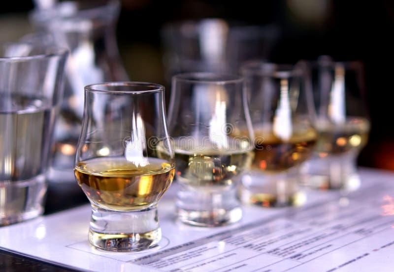 Nahaufnahme/selektiver Fokus ein Flug von Whiskys stockfotos
