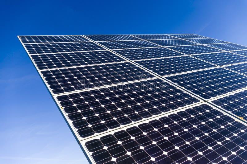 Nahaufnahme, Sonderkommandoansicht von Sonnenkollektoren eines Solarkraftwerks herein stockfoto