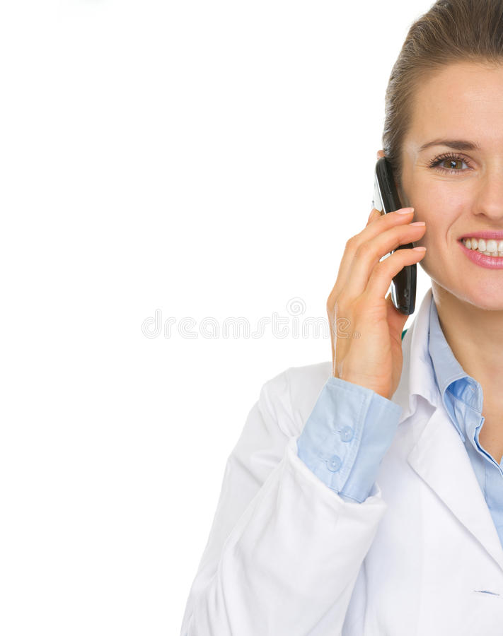 Nahaufnahme An Sprechendem Handy Doktorfrau Lizenzfreie Stockbilder