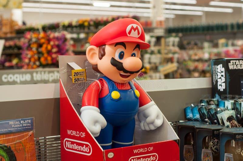 Nahaufnahme Super-Mario-Charakters in der Nintendo-Firma des berühmten Videospiels im Supermarkt lizenzfreie stockfotografie