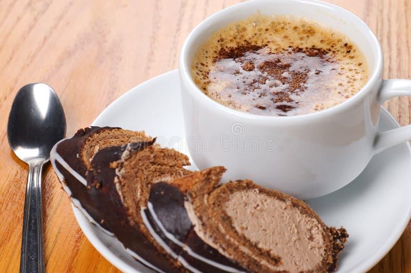 Nahaufnahme-Tasse Kaffee mit Nachtisch lizenzfreie stockfotos