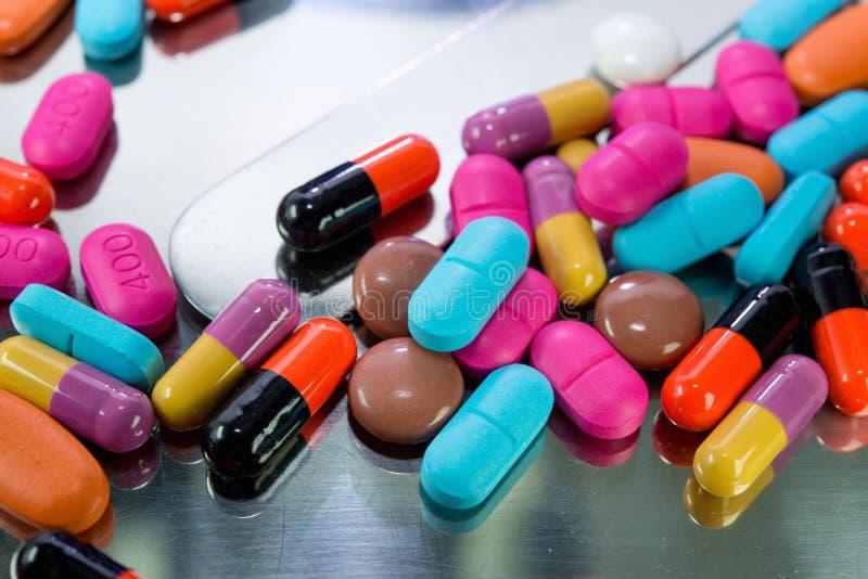Nahaufnahme vieler bunten Pillen stockbilder