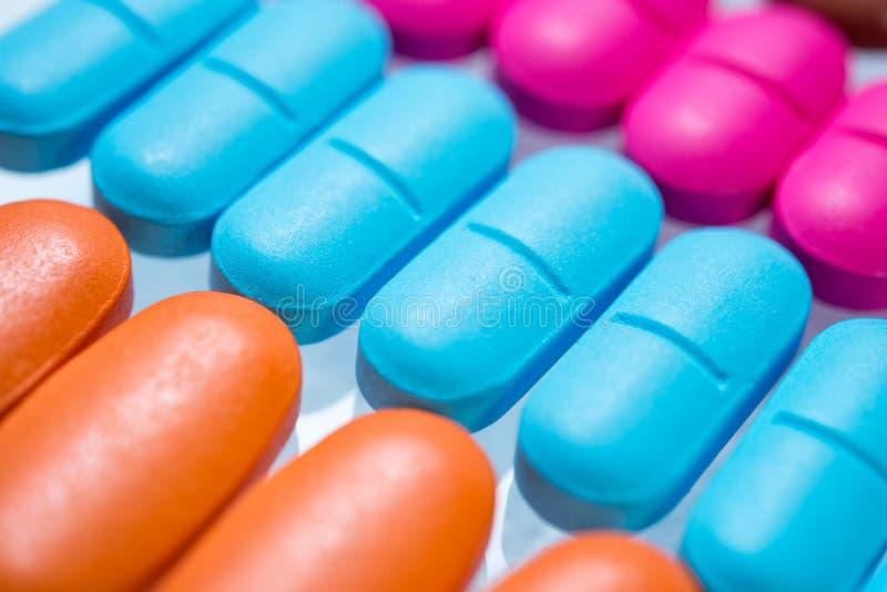 Nahaufnahme vieler bunten Pillen stockbild