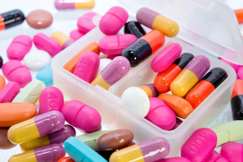 Nahaufnahme vieler bunten Pillen lizenzfreie stockbilder