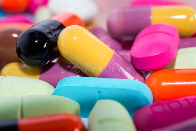 Nahaufnahme vieler bunten Pillen lizenzfreies stockbild