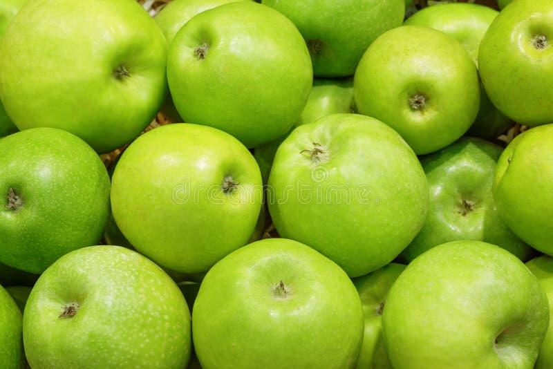 Nahaufnahme vieler grünen Apfelfrüchte lizenzfreie stockfotografie
