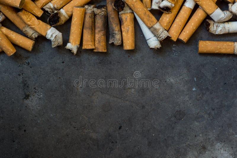 Nahaufnahme vieler schmutzigen Zigaretten stockbilder