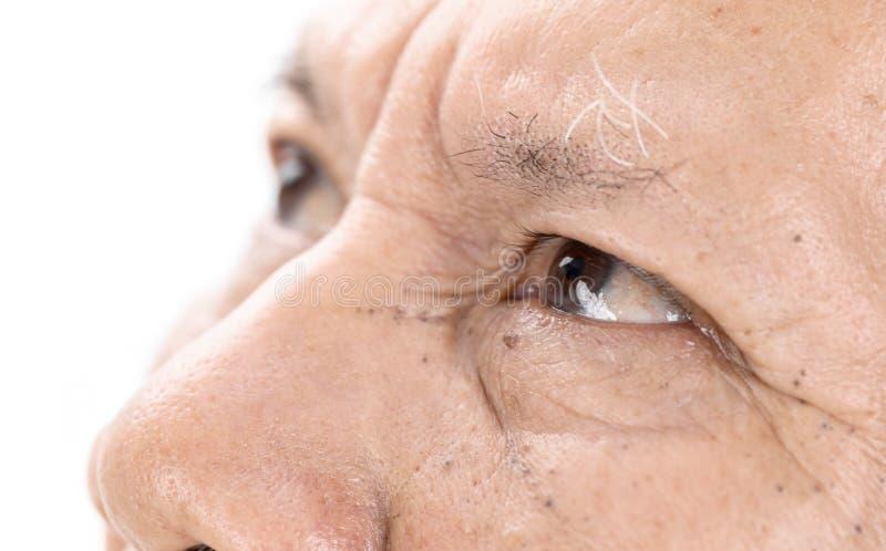 Nahaufnahme von älteren asiatischen Mannaugen mit Falte auf Gesicht lizenzfreies stockbild
