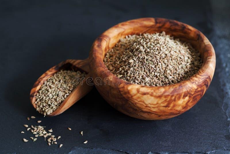 Nahaufnahme von ajwain Samen in einer hölzernen Schüssel über darl Schiefer backgro stockfotografie